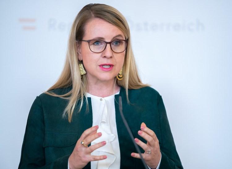 Schramböck kündigt Investitionsprämie an, Opposition ...