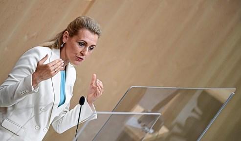 Aschbacher Geldubergabe An Baby War Inszeniert Parlament Derstandard At Inland