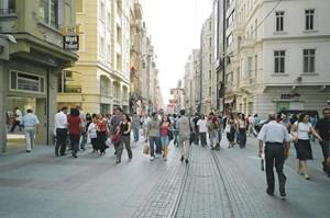 Artikelbild: Der überdachte Große Basar wurde 1461 von Sultan Mehmet II., dem  Eroberer Konstantinopels, erbaut. Es gibt über 3000 Geschäfte, 64  Straßen und 22 Eingangstore. Die Galatabrücke verbindet die  Altstadt im Viertel Sultanahmet mit dem Ausgehviertel Beyoglu. Hier  befindet sich auch das Hamam. - Foto: Derya Aydin/wikipedia.org
