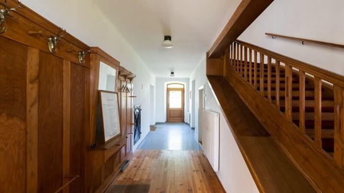Hausflur mit Stiegenaufgang