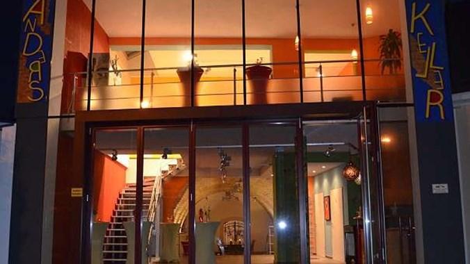 Strassenfassade_nachts_Gewölberaum und Lounge