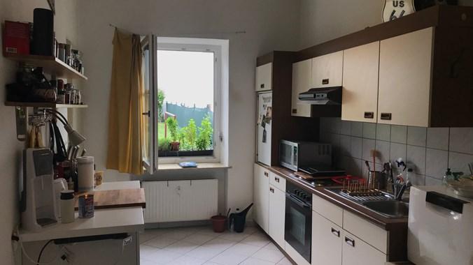 Küche mit Blick auf Garten (noch möbliert)