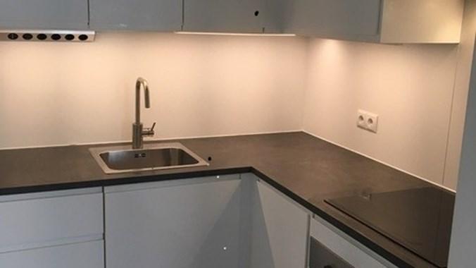 Komplettküche mit allen dazugehörenden Elektrogeräten