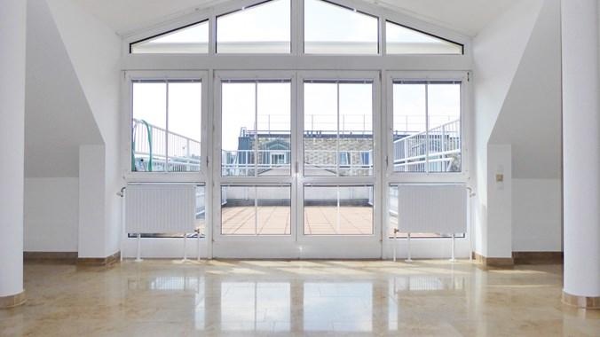 Blick auf die Terrasse vom Wohnsalon